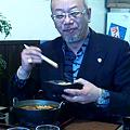 写真: 柿 辰丸さんが香房の新メニューに舌鼓