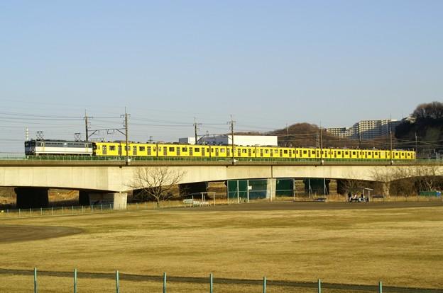 JRの線路をゆく西武線の黄色い電車