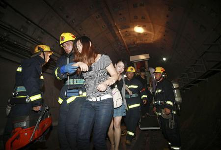 上海地下鉄事故から救出される小姐
