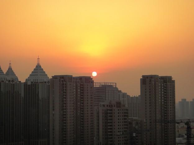 虹橋ビルの上の夕日