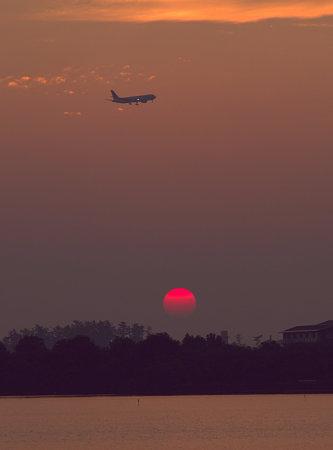 花火の日、上空で飛行機と夕陽 (柴山潟)