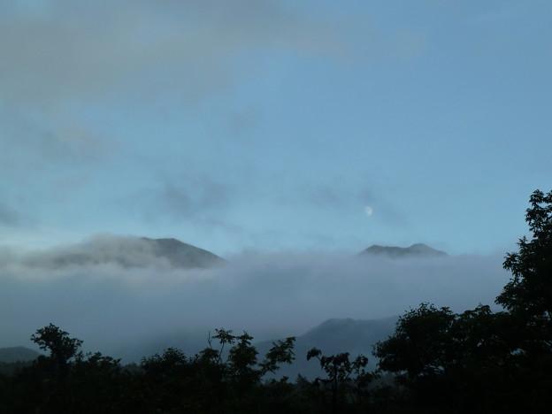 雨の日の夕暮れの知床連山1