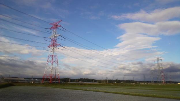 空と送電塔