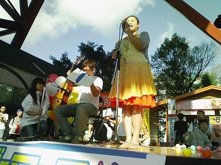 「アズ」の二人による演奏、ギターとボーカル。
