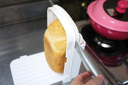 パン側も固定してナイフを動かして切ると、均等に切れます