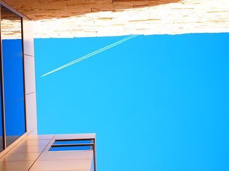 隙間から、青