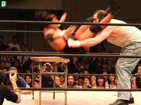 ドラゴンゲート 鷹木信悟vsブロディ・リー 20111012 (3)