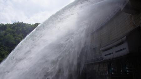 温井ダムドライブ (34)放水