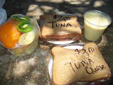 2010ハワイ。高橋果実店のサンドイッチ&フルーツを食べながら。。。