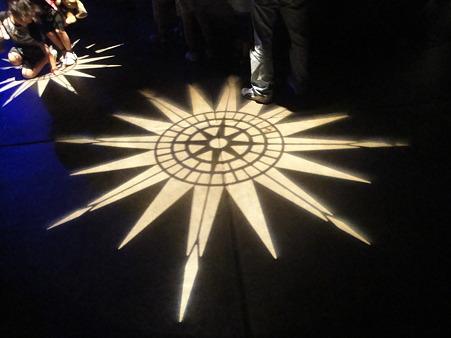 ポートディスカバリーの地面を照らす光の模様