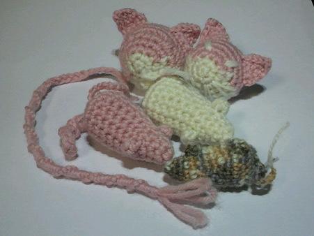 残りの糸で猫あたまとネズミ...