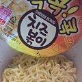 写真: また韓国で買ってきたカップ麺。チーズ味ってどんなんだろう?って思...