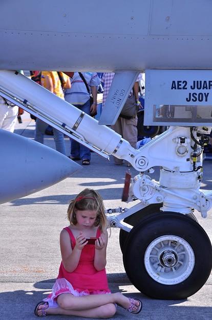 F/A-18の下でゲームに夢中。。少女