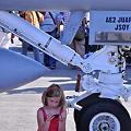 Photos: F/A-18の下でゲームに夢中。。少女