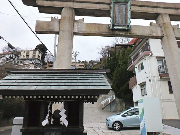 諏訪山神社の鳥居と遙拝殿