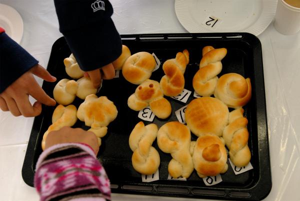 焼きあがったデザインパンから自分のオリジナルパンを探す