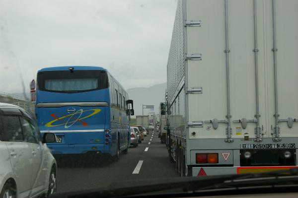 東名高速道路通行止めの影響で大渋滞の国道1号