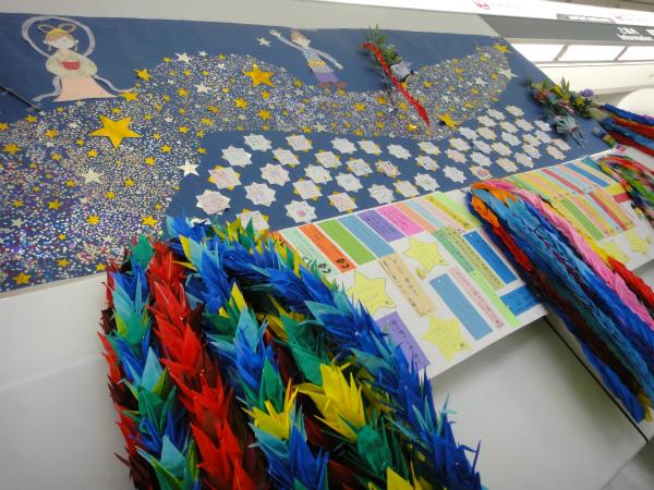 出発ロビーに飾られた東北復興を祈念した折鶴