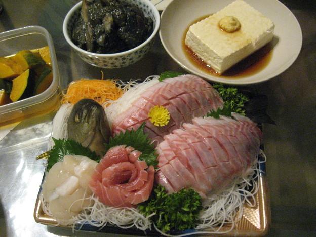 写真: 晩ご飯はイサキの刺身盛り