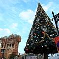 写真: クリスマスツリーとタワー・オブ・テラーです。